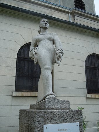 Romainville, France: La sculpture sur son socle