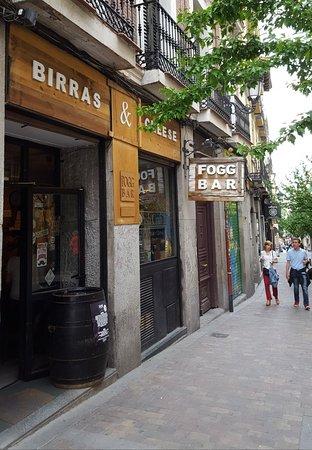 Fogg Bar Birras Cheese Near Calle De Huertas Fotografia De Calle