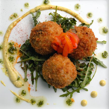 Glanmire, Irlanda: Pork bon bons, just one of 11 delicious starters to choose from
