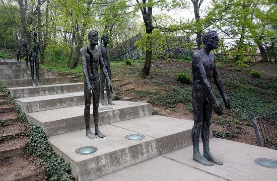Hunger Wall: Памятник жертвам коммунизма.
