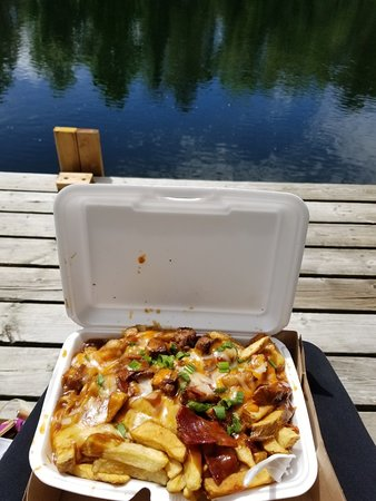 Severn, Canadá: Lasagna and bacon cheeseburger poutine.  It's safe to say that both of these dishes gave us 3 me