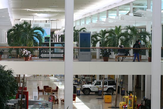 Plymouth Meeting Mall: Mall from upper level at 11 am on a weekday.