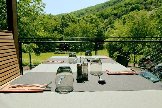Meyras, Frankrike: Terrasse vue sur le parc