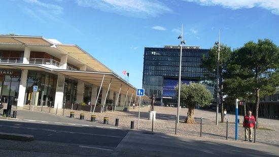 Courtyard Marriott Montpellier: hôtel en premier plan. Hôtel de ville au fond