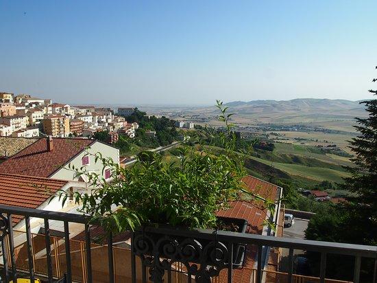 Candela, Italien: Blick auf Landschaft und Ort