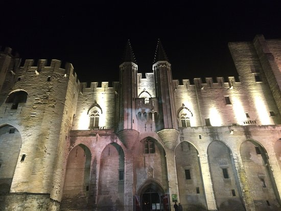 The nocturnal owl of the Pope: Palais des Papes at the end of the tour