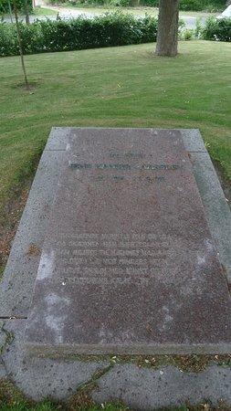 Sdr. Aarslev Kirke: gravsten for maleren Jens Hansen-Årslev