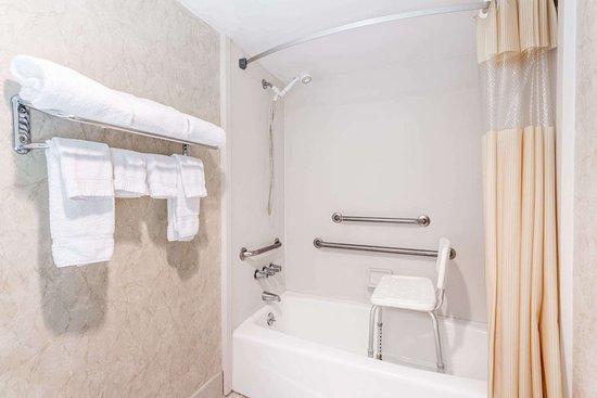 Days Inn by Wyndham Athens: ADA Bathroom