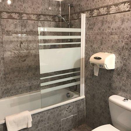 Auberge la Folie : Neues Bad, optimale Zimmertemperatur, obwohl es draussen über 30 Grad C warm ist, fühlen wir uns