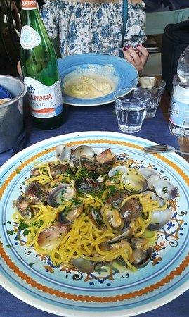 Osteria Santo Spirito: Tortellacci con sugo di noci (porzione ridotta) e spaghetti alla chitarra con vongole (normale)