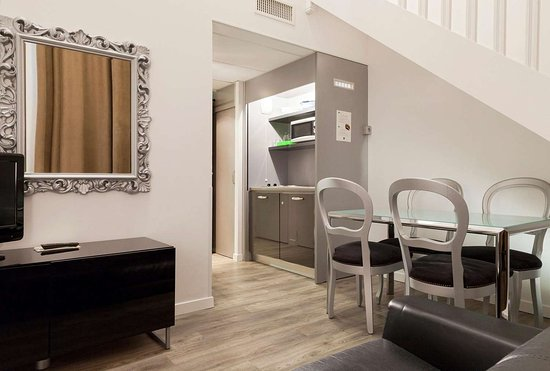 Quality Suites Nantes Beaujoire : Spacious suite with living room