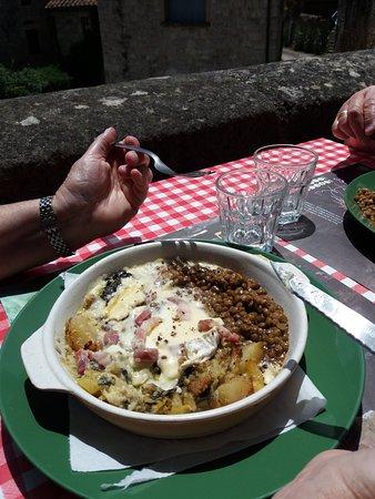 La Roque-Sainte-Marguerite, França: Cammenbert rôti, lentilles et gratins de légumes