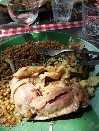 La Roque-Sainte-Marguerite, França: Cuisse de poule aux lentilles et gratin de légumes