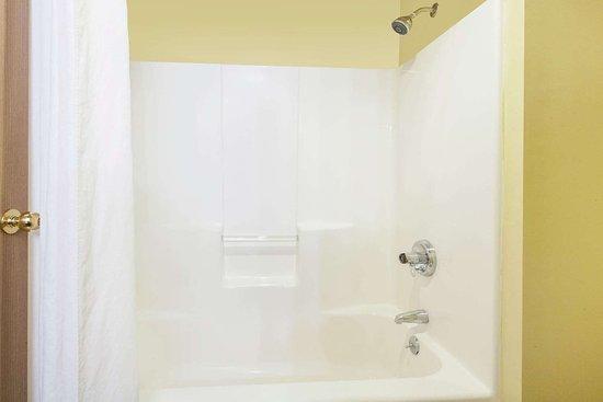 Super 8 by Wyndham Carthage: Guest room bath