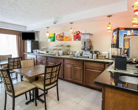 Quality Inn Dahlonega: Free breakfast with waffles