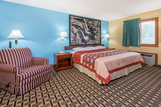 Staunton, IL: 1 King Bed Suite