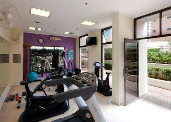 Quality Suites Vila Olimpia: Exercise room with cardio equipment and weights