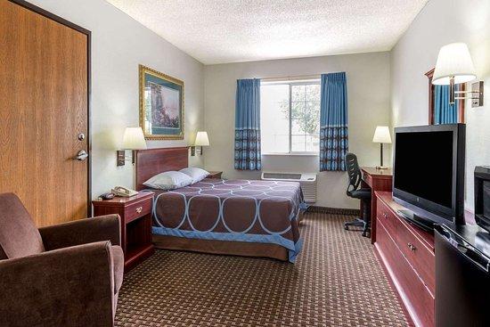 Gardner, KS: 1 Queen Bed Room