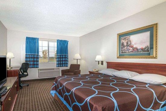 Gardner, KS: 1 King Bed Room