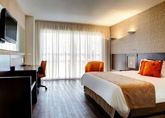 Quality Hotel Curitiba: Guest room with desk area