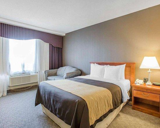 Comfort Inn Toronto Airport: Guest room with queen bed