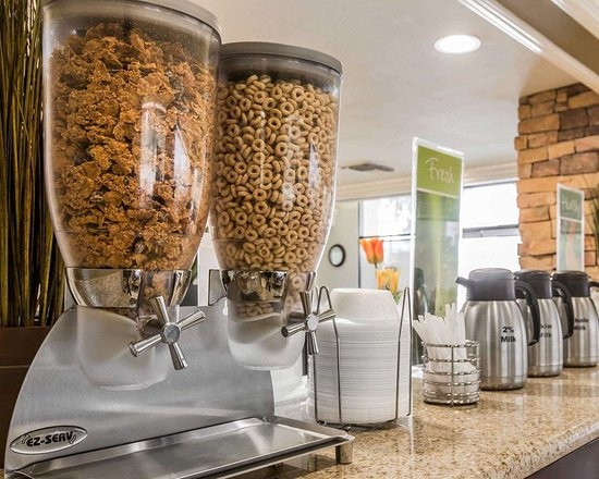 Quality Inn Long Beach Airport: Assorted breakfast items