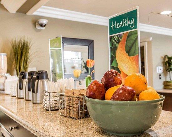 Quality Inn Long Beach Airport: Breakfast counter