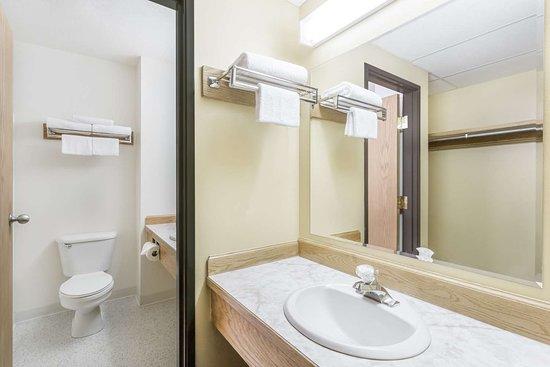 Super 8 by Wyndham Driggs: Guest room bath