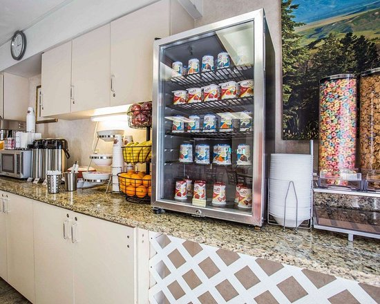 Econo Lodge Denver International Airport: Breakfast counter