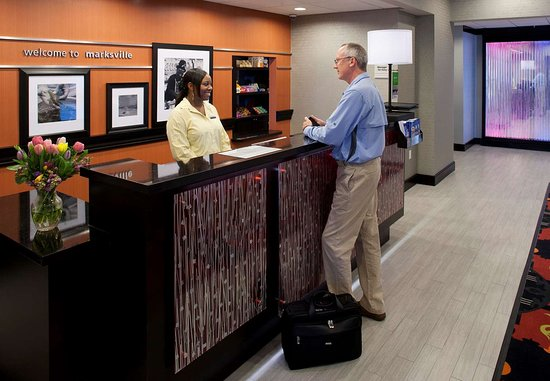 Hampton Inn & Suites Marksville: Front Desk