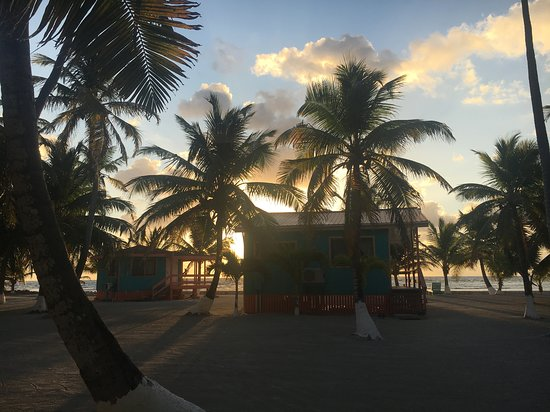 South Water Caye, Belize: Beach cabins were very quiet and cool (ocean breeze)