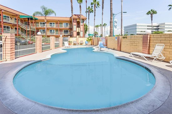 Super 8 by Wyndham Anaheim/Disneyland Drive: Pool Area