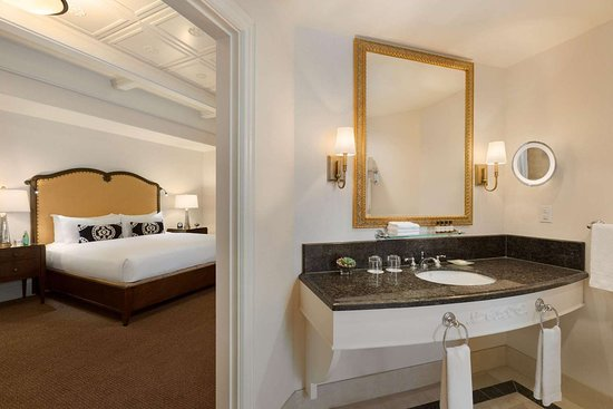 Fairmont Chateau Lake Louise: Tom Wilson Suite Master Ensuite Bath
