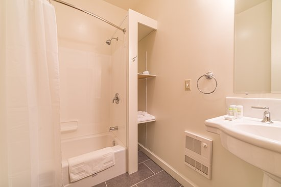 Port Henry, NY: Private bathrooms with cast iron bathtubs
