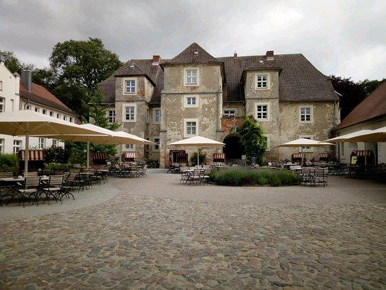 Mellenthin, Γερμανία: General view of front of hotel