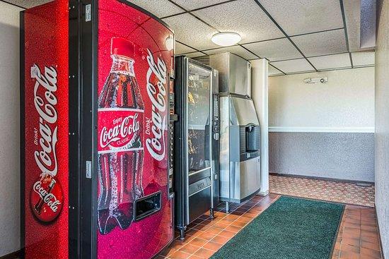 Saint Joseph, MN: Hotel vending area
