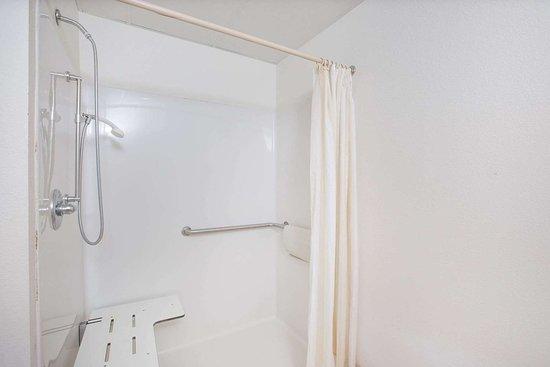 Ida Grove, IA: Guest room bath