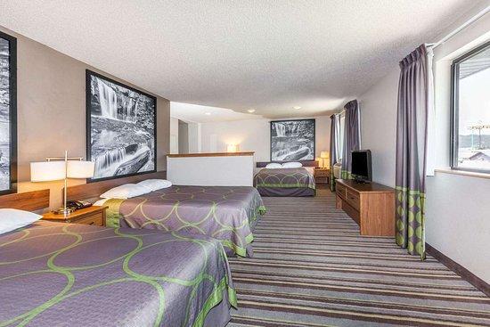 Dunbar, WV: 3 Queen Bed Suite