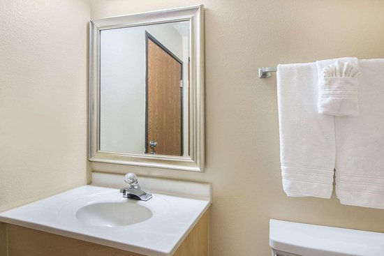 Super 8 by Wyndham Portales: Guest room bath