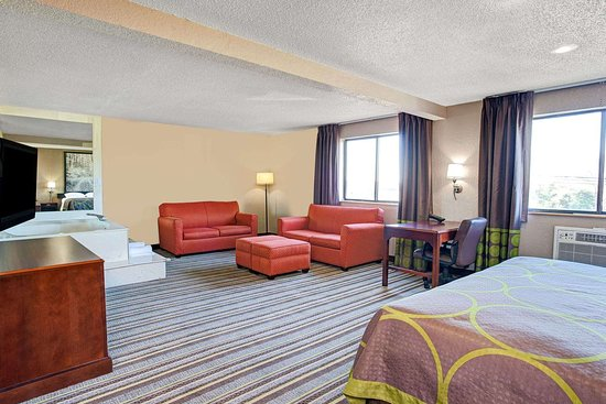 Super 8 by Wyndham Roseville/Detroit Area: Suite