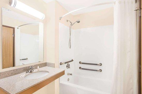 Darlington, WI: Guest room bath