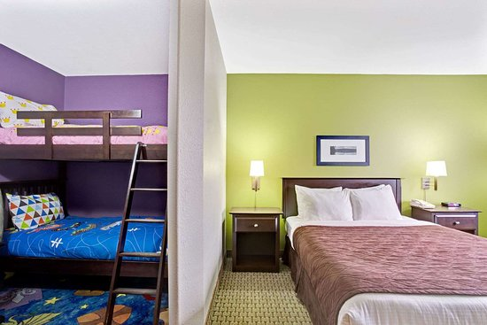 Super 8 by Wyndham St-Jerome: 1 Queen BedFamily Suite