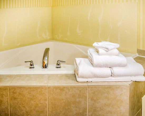 Comfort Suites Amish Country: Guest room with whirlpool bathtub