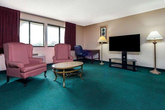 Super 8 by Wyndham Bridgeton/Arpt/St Louis Area: 1 King Bed Suite