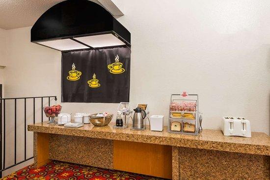 Super 8 by Wyndham Bridgeton/Arpt/St Louis Area: Breakfast Area