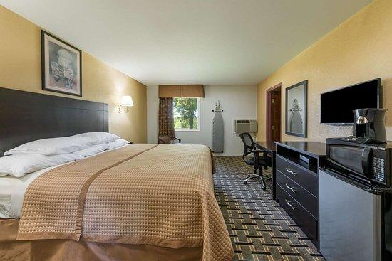 Higginsville, Миссури: 1 King Bed Room