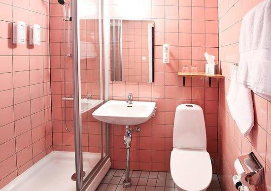 Strangnas, Sweden: Two Twin Bed Bathroom