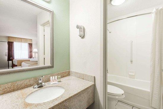Garysburg, Carolina del Norte: Guest room bath
