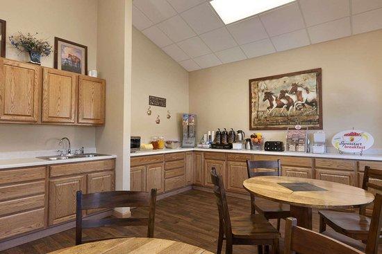 Super 8 by Wyndham Wall: Breakfast Area