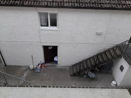 Carrbridge Hotel: View from our Window, smoking area under the stairs